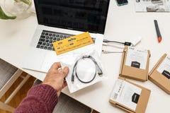 有多个USB-C的苹果计算机MacBook赞成15膝上型计算机对USB以太网 免版税库存照片