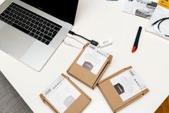 有多个USB-C的苹果计算机MacBook赞成15膝上型计算机对USB以太网 免版税图库摄影