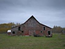 有多云天空的惨淡的被放弃的被毁坏的农厂谷仓 库存图片