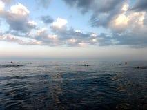 有多云天空的晚上海 免版税库存照片