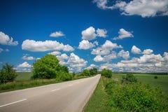 有多云天空的空的柏油路 免版税图库摄影