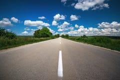 有多云天空的空的柏油路 免版税库存图片