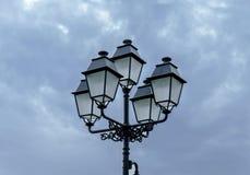有多云天空的老大街道路灯柱 免版税库存图片