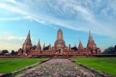有多云白色天空的老被破坏的菩萨塔寺庙在Ayuthaya泰国 免版税库存照片