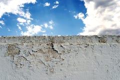 有多云蓝天的白色砖墙 免版税图库摄影