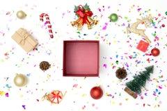 有多党派五彩纸屑的礼物盒和在白色背景的圣诞节装饰 库存照片