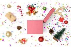有多党派五彩纸屑的礼物盒和在白色背景的圣诞节装饰 库存图片