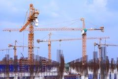 有多台起重机的建造场所 免版税库存图片
