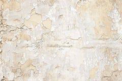 有多层的老翻滚的白涂料纹理的石墙 库存照片