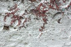 有多层被轰击的表面的老混凝土墙 免版税库存图片