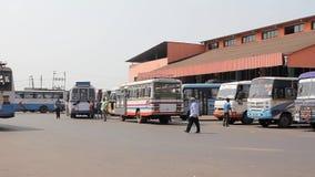 有多彩多姿的公共汽车和走的人民的印度公交车站 股票视频