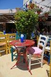 有多彩多姿的家具的(克利特,希腊)室外餐馆 免版税库存照片