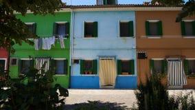 有多彩多姿的房子的五颜六色的街道,在风,绿色植物的洗衣店干燥 股票录像