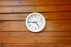 有多彩多姿的数字的白色圆的模式时钟在woode 免版税库存图片