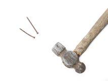 有多灰尘的钉子的老锤子 免版税库存照片
