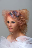 有多色的子线的妇女在头发 图库摄影
