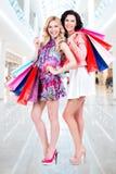 有多色购物袋的可爱的妇女 免版税库存图片