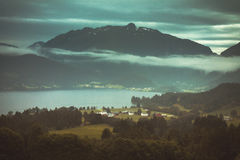 有多雨云彩的Mountain湖在大雾 库存图片