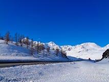 有多雪的山和街道的瑞士阿尔卑斯 免版税库存照片