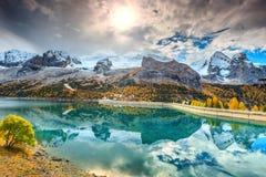 有多雪的山峰的在背景中,白云岩,意大利美妙的高山湖 免版税库存照片