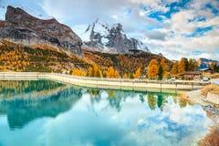 有多雪的山峰的在背景中,白云岩,意大利著名高山湖 图库摄影