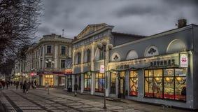 有夜光的Jurmala街道 免版税库存照片