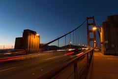 有夜照明的金门桥 免版税库存图片