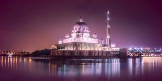 有夜照明设备的Putra清真寺在布城 库存图片