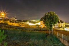 有夜空的农厂房子 库存照片
