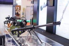 有夜视设备的新的狙击步枪在陈列 免版税库存图片