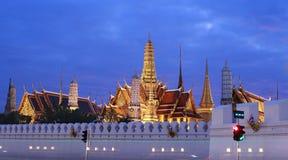 有夜间的盛大宫殿寺庙,曼谷,泰国 库存照片