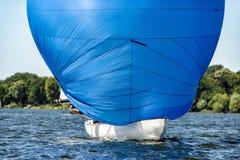 有大三角帆的经典航行游艇在赛船会的一个湖 免版税库存照片