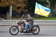 有大乌克兰旗子的骑自行车的人 免版税图库摄影
