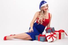 有大乳房的一个性感的金发碧眼的女人在白色背景说谎在中 免版税库存图片