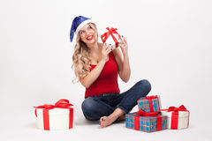 有大乳房的一个性感的金发碧眼的女人坐白色背景在中 免版税库存照片