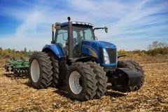 有大农场主的现代农用拖拉机 免版税图库摄影