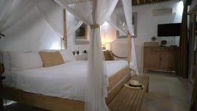 有大加长型的床的酒店房间在机盖,最佳的地方下夏天休假 股票录像