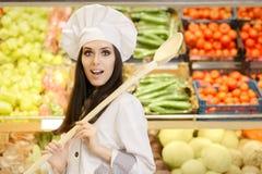 有大匙子购物的滑稽的夫人Chef菜的 免版税库存照片