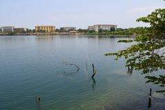有大厦的岩石湖在银行中 图库摄影