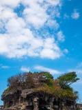 有大厦的石海岛在上面 图库摄影