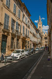 有大厦的街道和Saint吉恩de Malte Church在艾克斯普罗旺斯 免版税库存图片