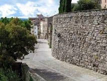 有大厦石墙的省街道在塞韦拉莱里达省,加泰罗尼亚古老西班牙村庄  美丽农村 免版税库存图片