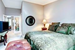 有大号床的典雅的卧室 库存照片