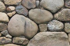有大和小岩石的石墙在灰浆设置了 库存照片