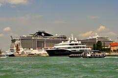 有大和小船的在岸,意大利威尼斯市 免版税库存照片