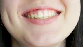 有大嘴唇笑和微笑的一少女 股票视频