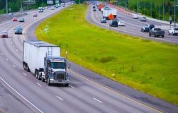 有大块拖车的分道公路曲线大半卡车 免版税图库摄影