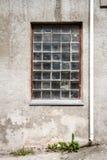 有大块玻璃窗口的混凝土墙 免版税库存图片