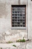 有大块玻璃窗口的混凝土墙 免版税库存照片