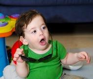 有大太阳镜的逗人喜爱的婴孩 免版税图库摄影